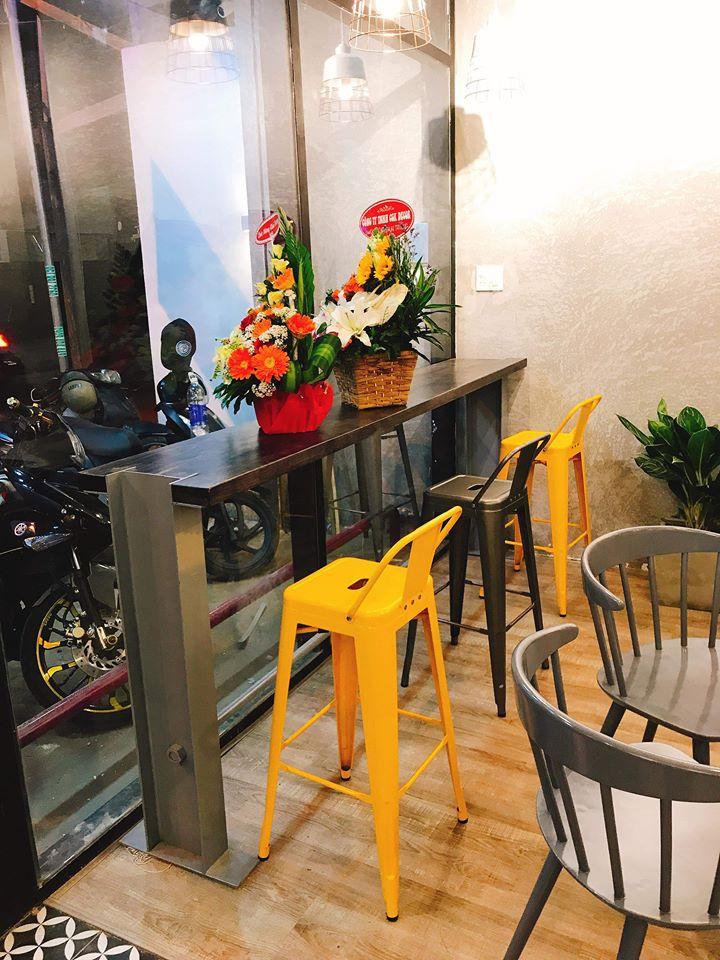 ban-ghe-cafe-chat-lieu-nhua-thiet-ke-kieu-dang-tre-trung