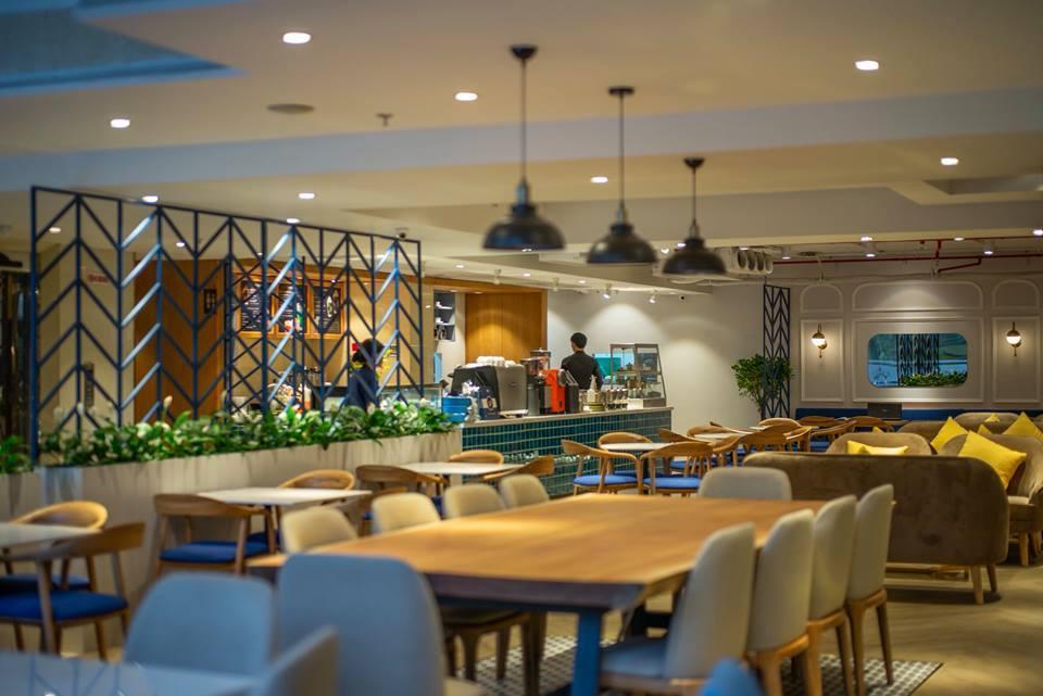 bộ bàn nhóm bày trí trong không gian nội thất quán cafe