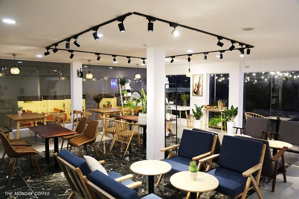 bộ bàn ghế gỗ sofa nổi bật trong quán the monday coffee
