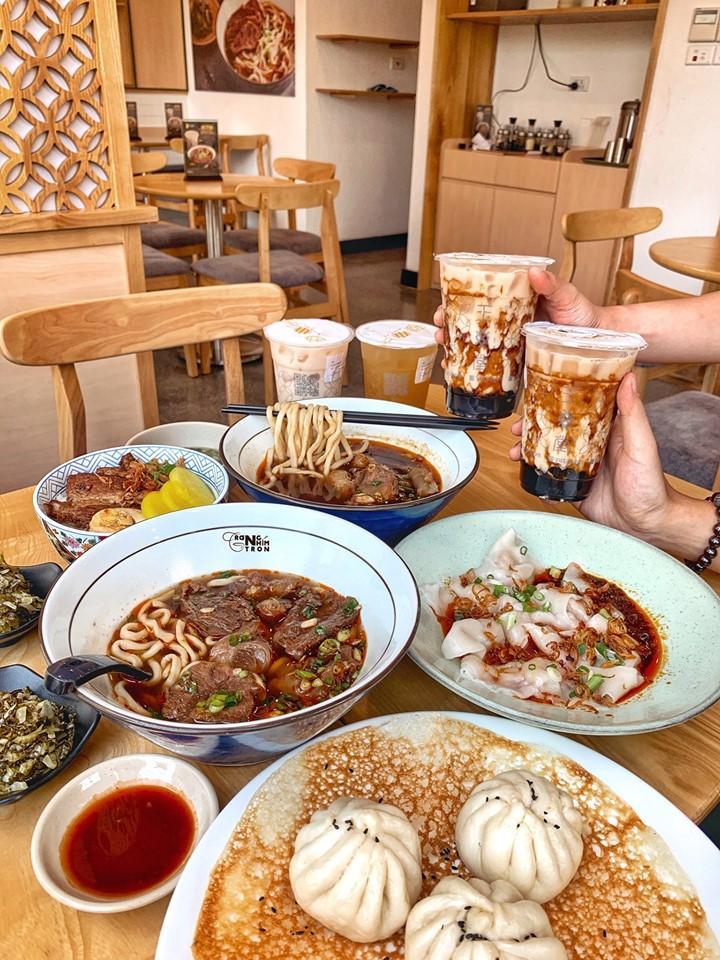 mon-an-hap-dan-thuc-khach-tai-quan-cafe-ket-hop-nha-hang
